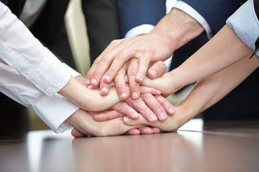 Main jointes de plusieurs personnes