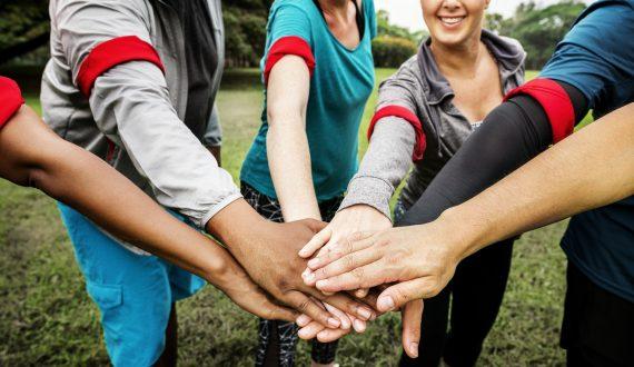 Personne qui joignent leurs mains lors d'un Team building